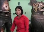 devant des bronzes d'Angkor fondus au XIIème s. rapportés en trésor de guerre