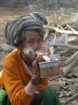 elle fume son Cheroot