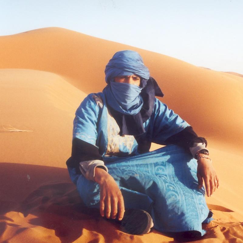 Dans les dunes, en attendant le coucher du soleil avec Ahwana Mostapha de Merzouga.